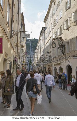 Salzburg People Lizenzfreie Bilder und Vektorgrafiken kaufen.