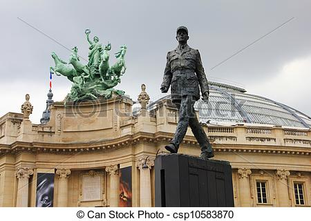 Picture of Statue in front of the Grand Palais.