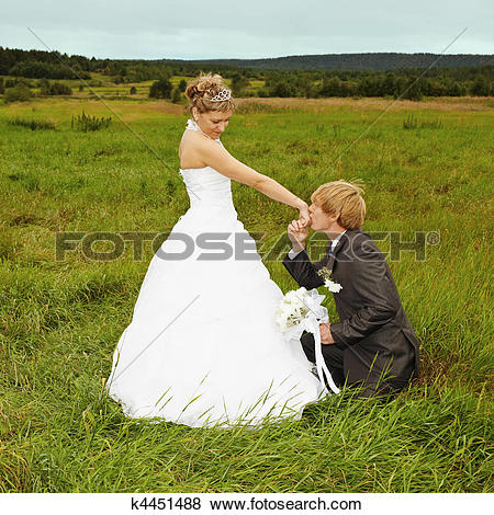 Pictures of Groom to genuflect near bride k4451488.
