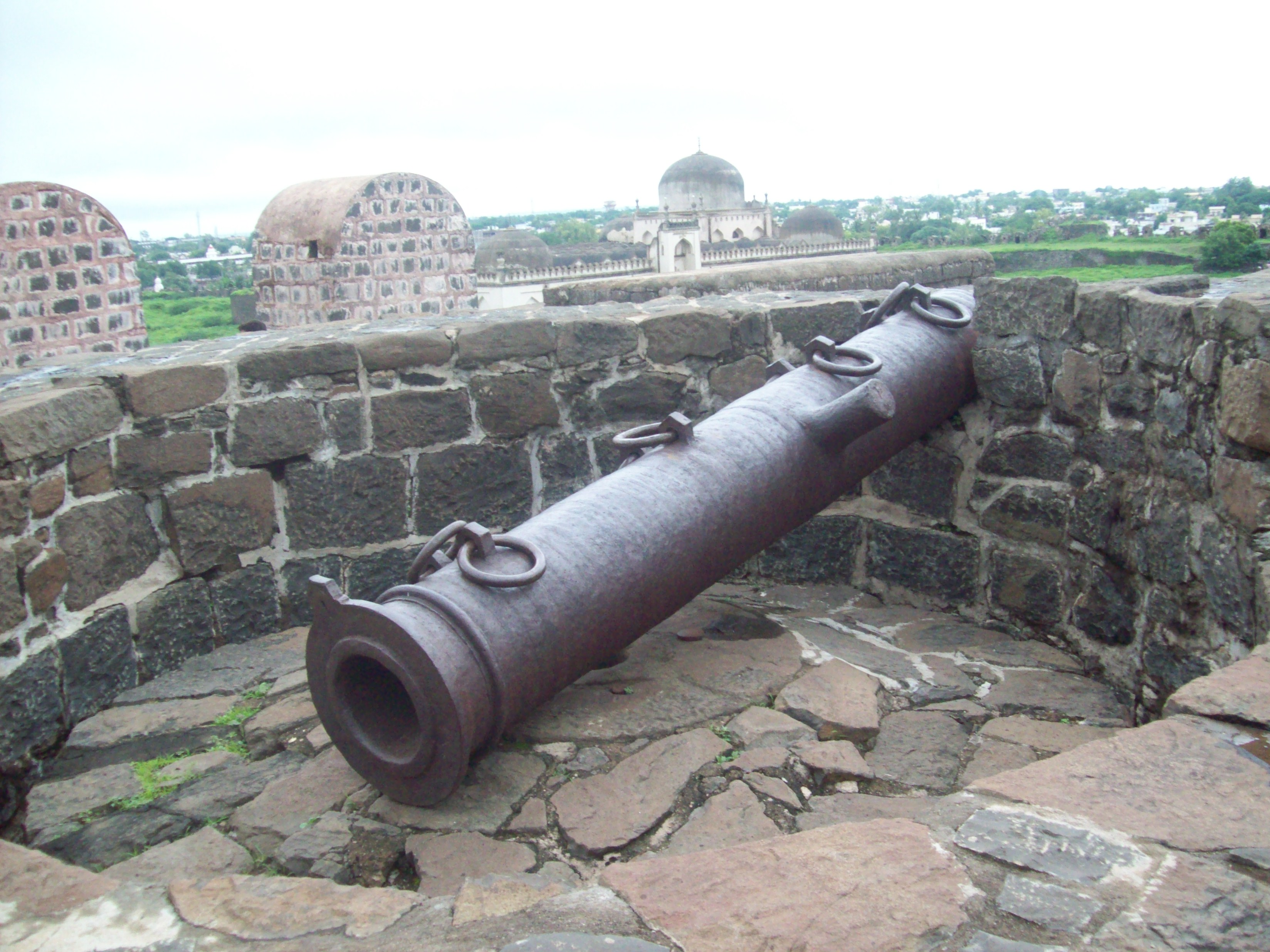 File:Gulbarga Fort & Mosque.JPG.