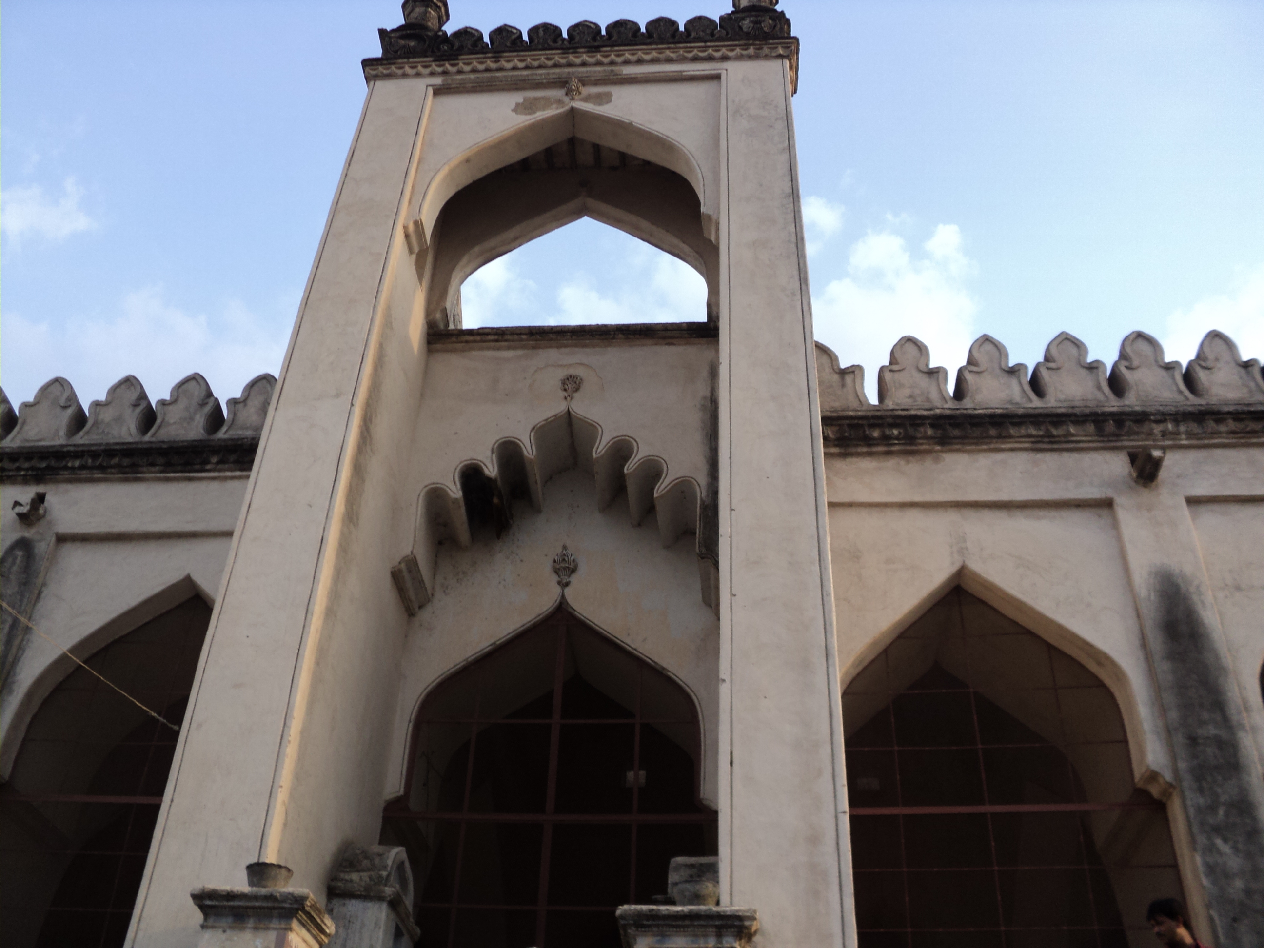 File:Entrance to great mosque of Gulbarga fort.JPG.