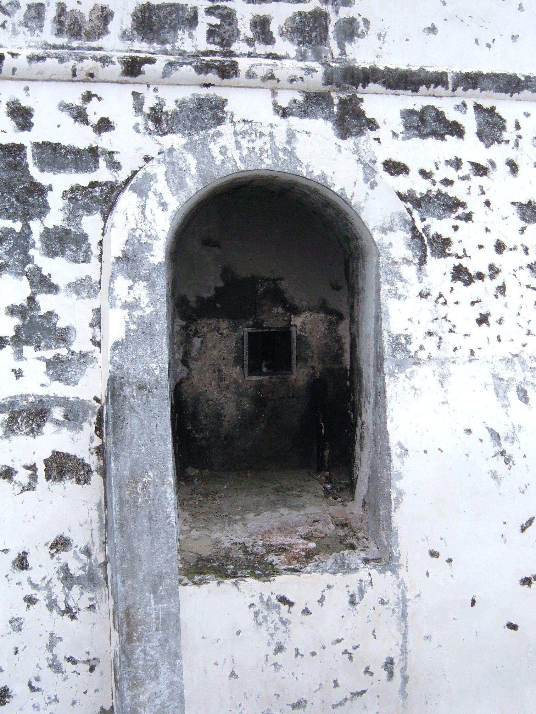 File:Fort Charlotte, Nassau gun embrasure.JPG.