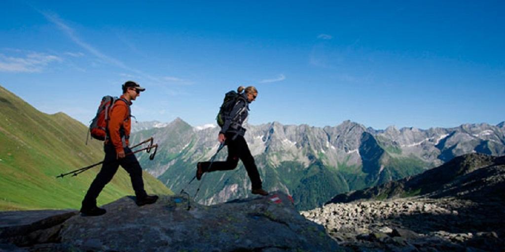 Wanderer am Aschaffenburger Höhenweg, Zillertaler Alpen, Tirol.