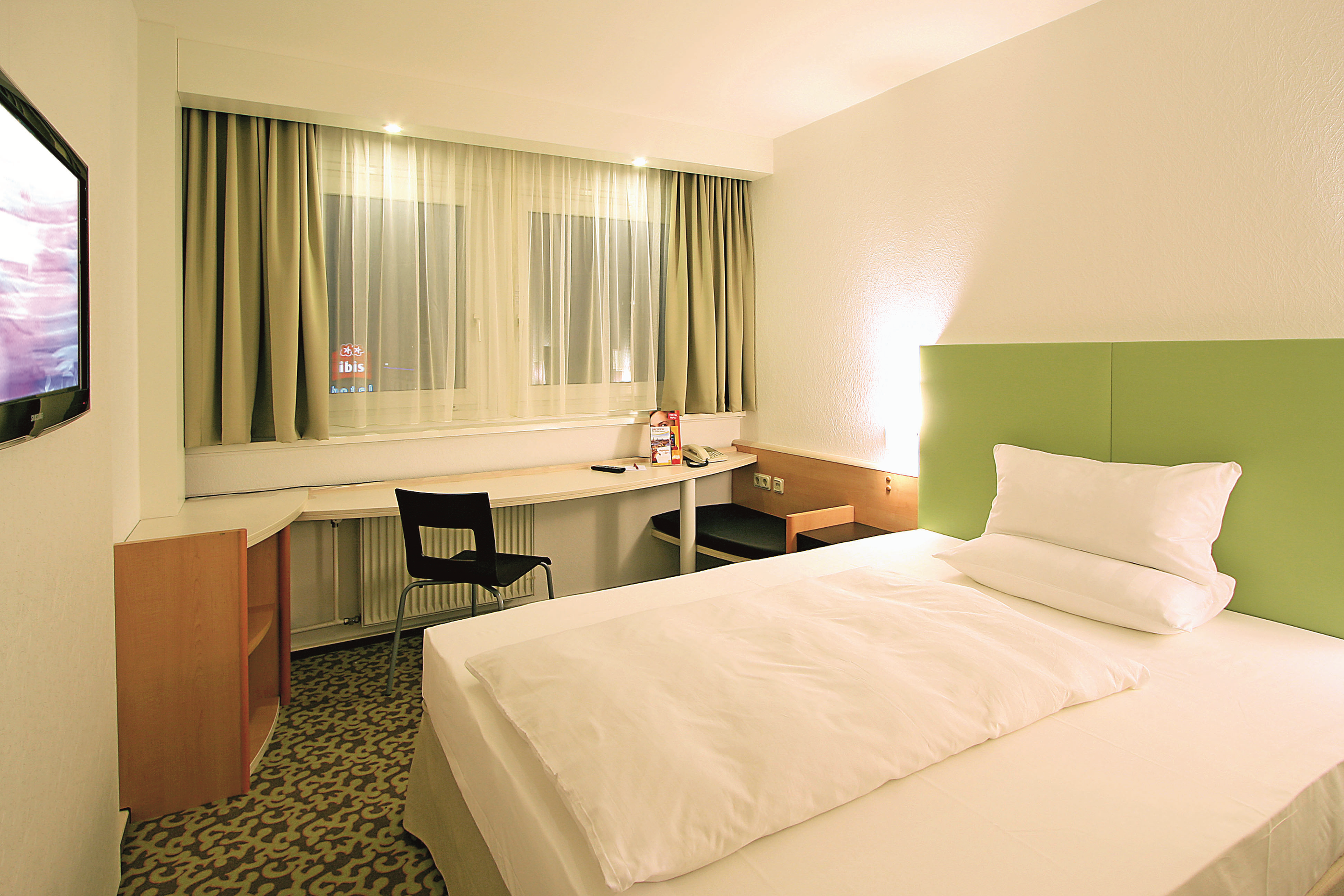 File:Ibis Hotels Dresden Single Room Standard Queen Size Bed.png.