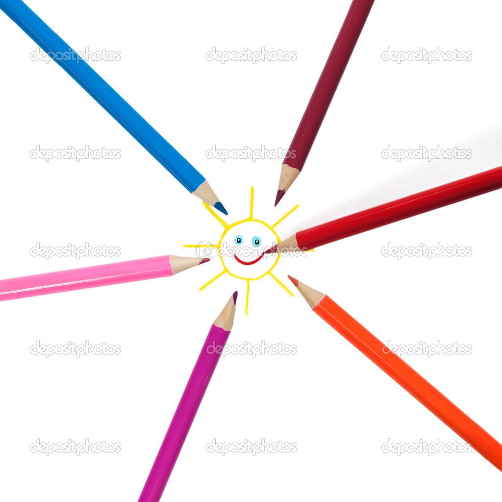Crayons colorés irradiant du centre et dépeignent le soleil.