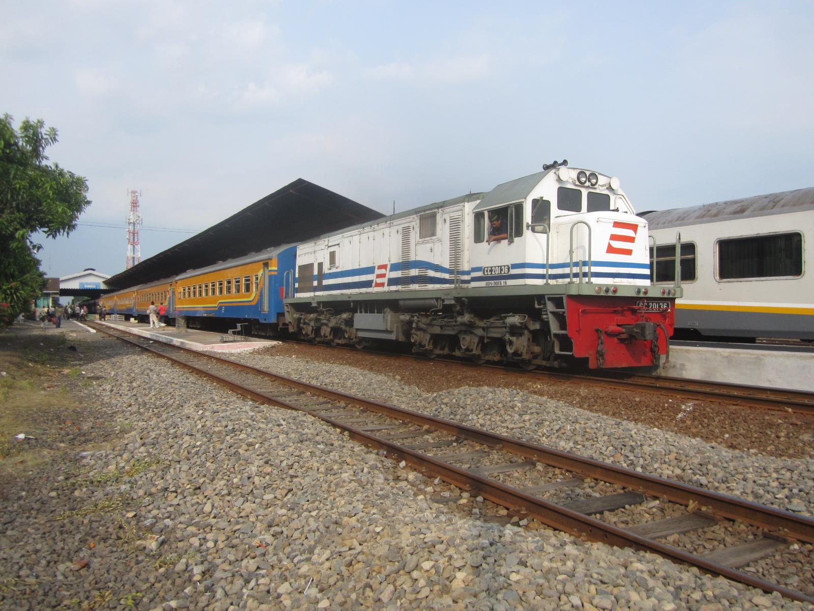 File:KA Sri Tanjung tujuan Lempuyangan singgah di Stasiun Jombang.