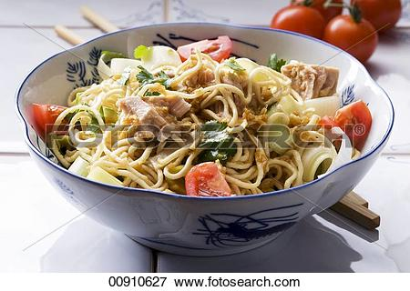 Picture of Noodle salad with tuna, leek and tomatoes (Asia.