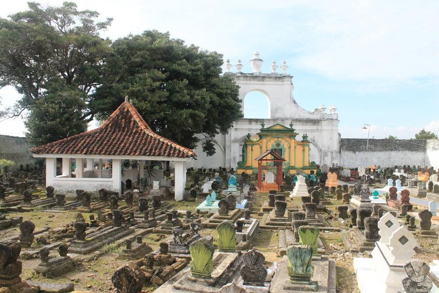 Asta Tinggi: Kompleks Pemakaman Raja.