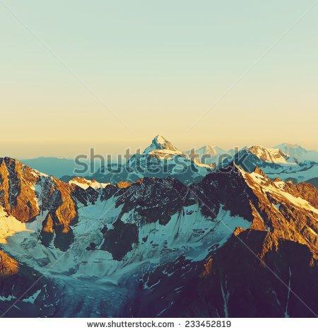 Alpine Mountain Stockfoto's, rechtenvrije afbeeldingen en vectoren.