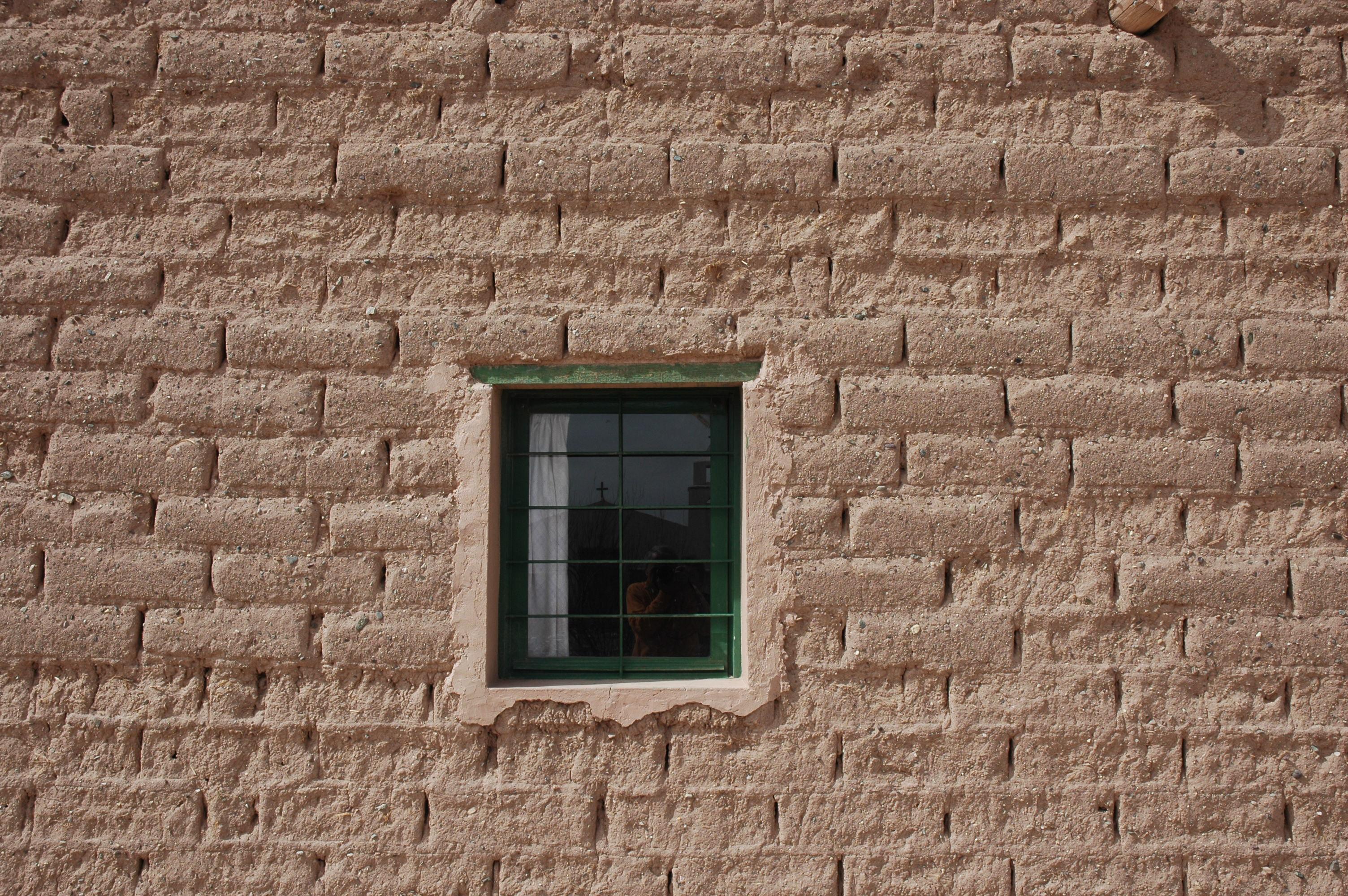 File:Muro in terra cruda sulla Puna andina tra Argentina e.
