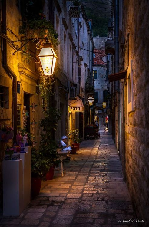 Narrow Street, Dubrovnik, Croatia / photo via tomoko / tumblr.