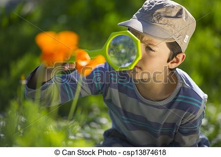 Stock Photography of Enfant observant la nature avec une loupe.