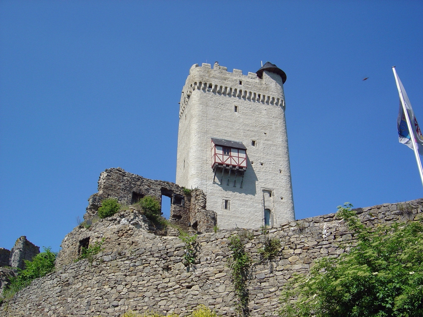 File:Burg Olbrueck Bergfried 01.jpg.