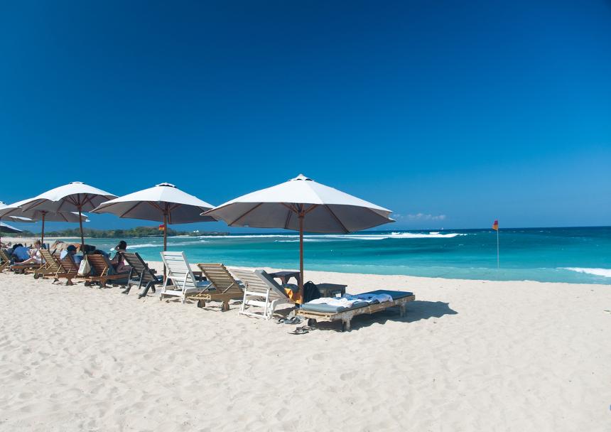 Wisata Pantai Slopeng di Madura Dengan Hamparan Pasir yang Sangat Luas.