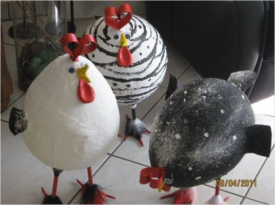 Hühner aus Pappmaché selber herstellen.