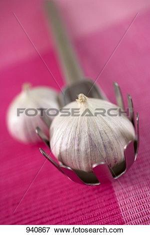 Picture of Garlic bulb (Aglio monobulbo) in pasta tongs 940867.