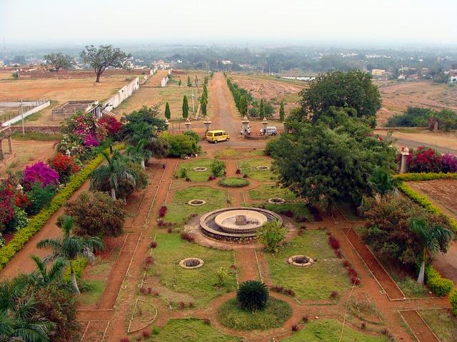 GARDEN, PATWARDHAN PALACE, JAMKHANDI, KARNATAKA, INDIA.