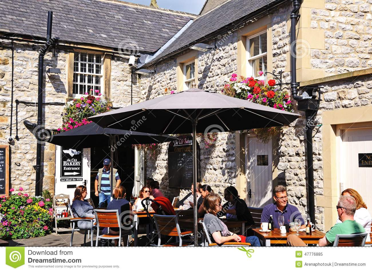 Pavement Cafe, Bourton On The Water. Editorial Stock Image.