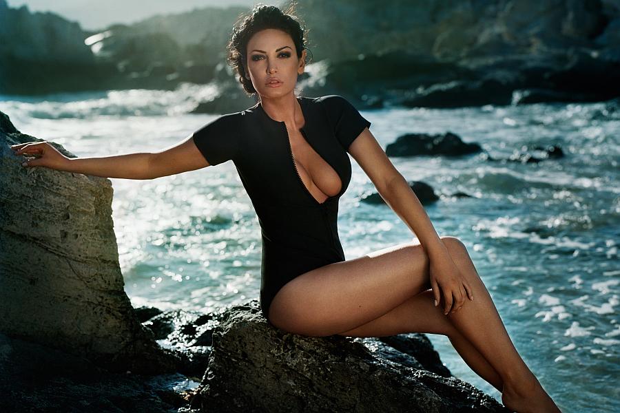File:Bleona Qereti\'s Ibiza photo shoot by Vincent Peters (09.