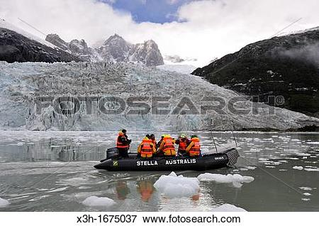 Picture of excursion with zodiac around the Pia Glacier.