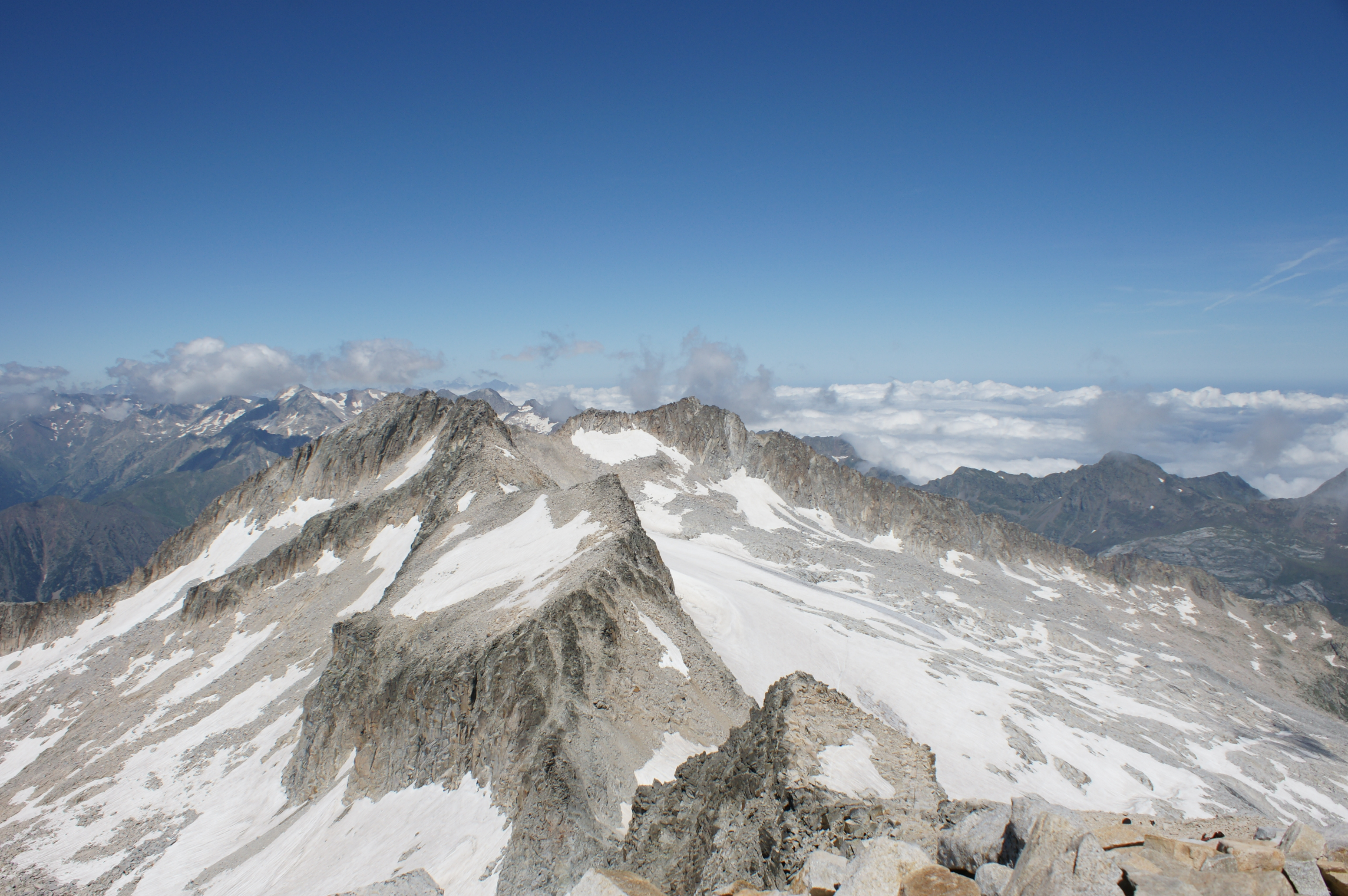 File:Pico de Corones and other peaks seen from Aneto.JPG.