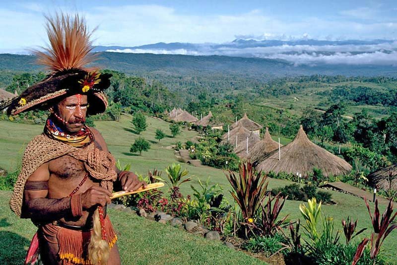 Huli Wigmen in PNG Highlands, pictures with compact.
