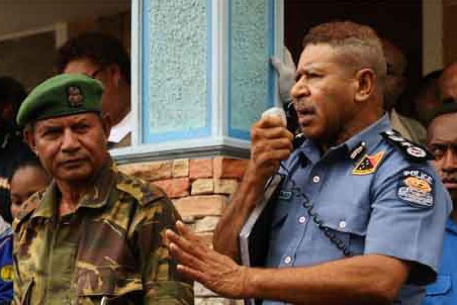 PNG police commissioner Geoffrey Vaki appeals to villagers.
