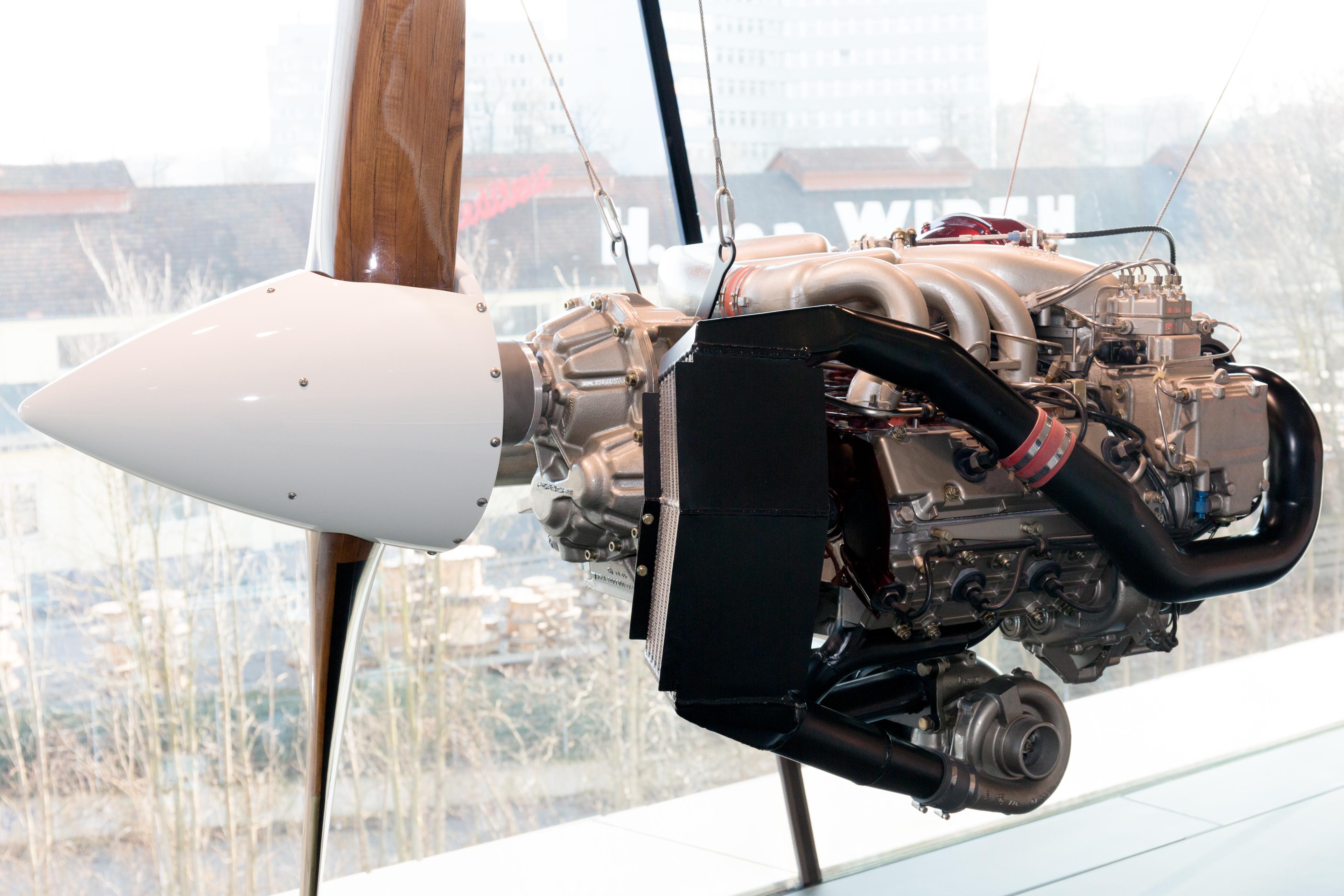 File:Porsche PFM 3200 engine front.