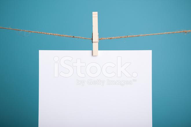 Papel Branco Em Branco Pendurado No Varal Fundo Azul.