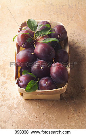 Pictures of punnet of quetsch plums 093338.