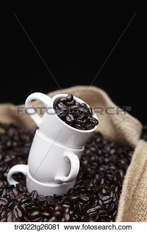 Clipart of roasted coffee beans and cups in the sack trd022tg26081.