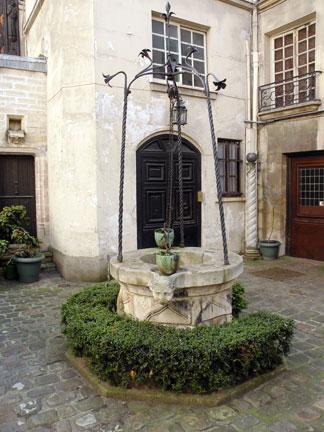 I Prefer Paris: Courtyard Week 3: 12 rue Chanoinesse.