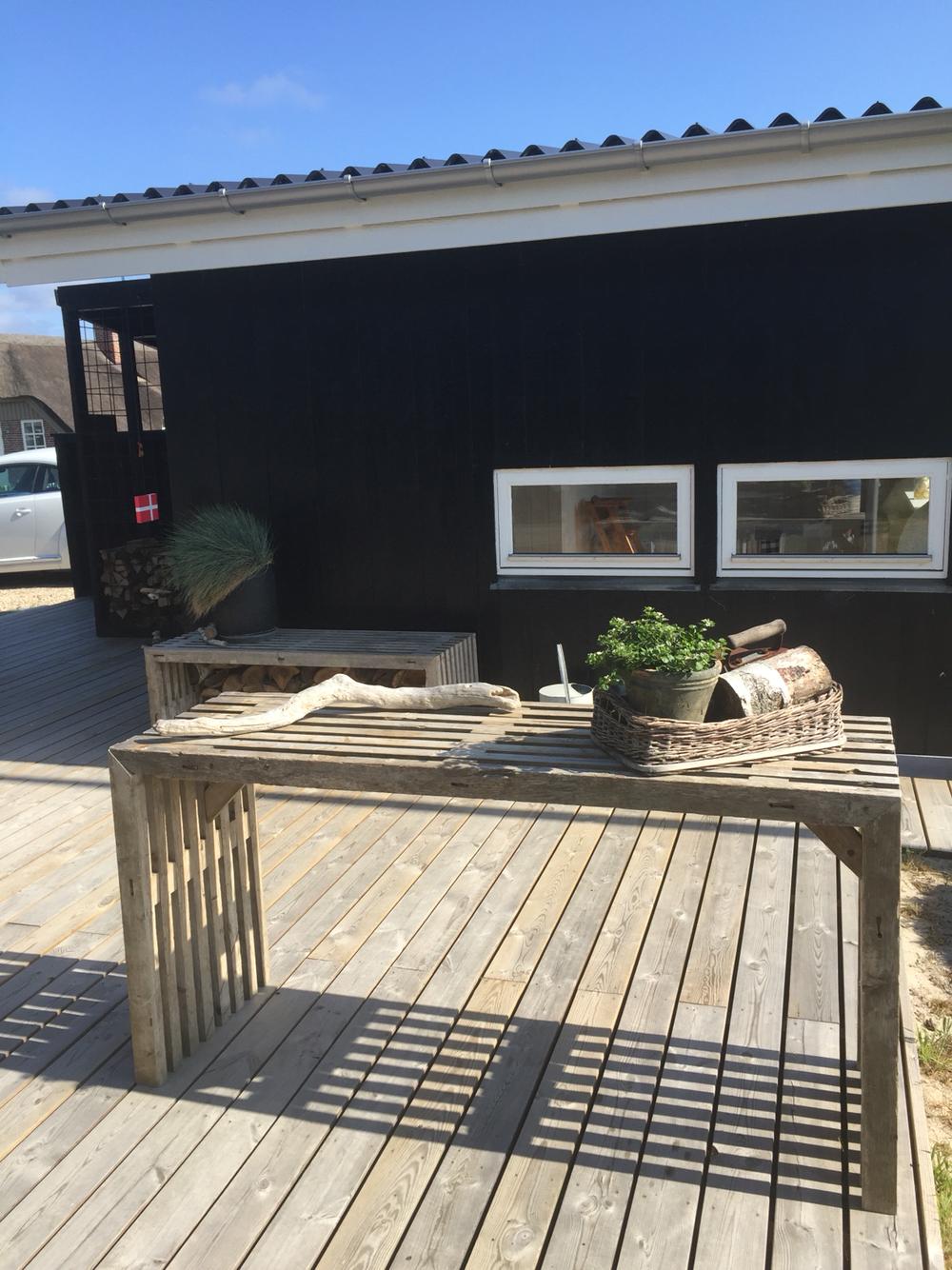 Terrasse med trallemøbler og