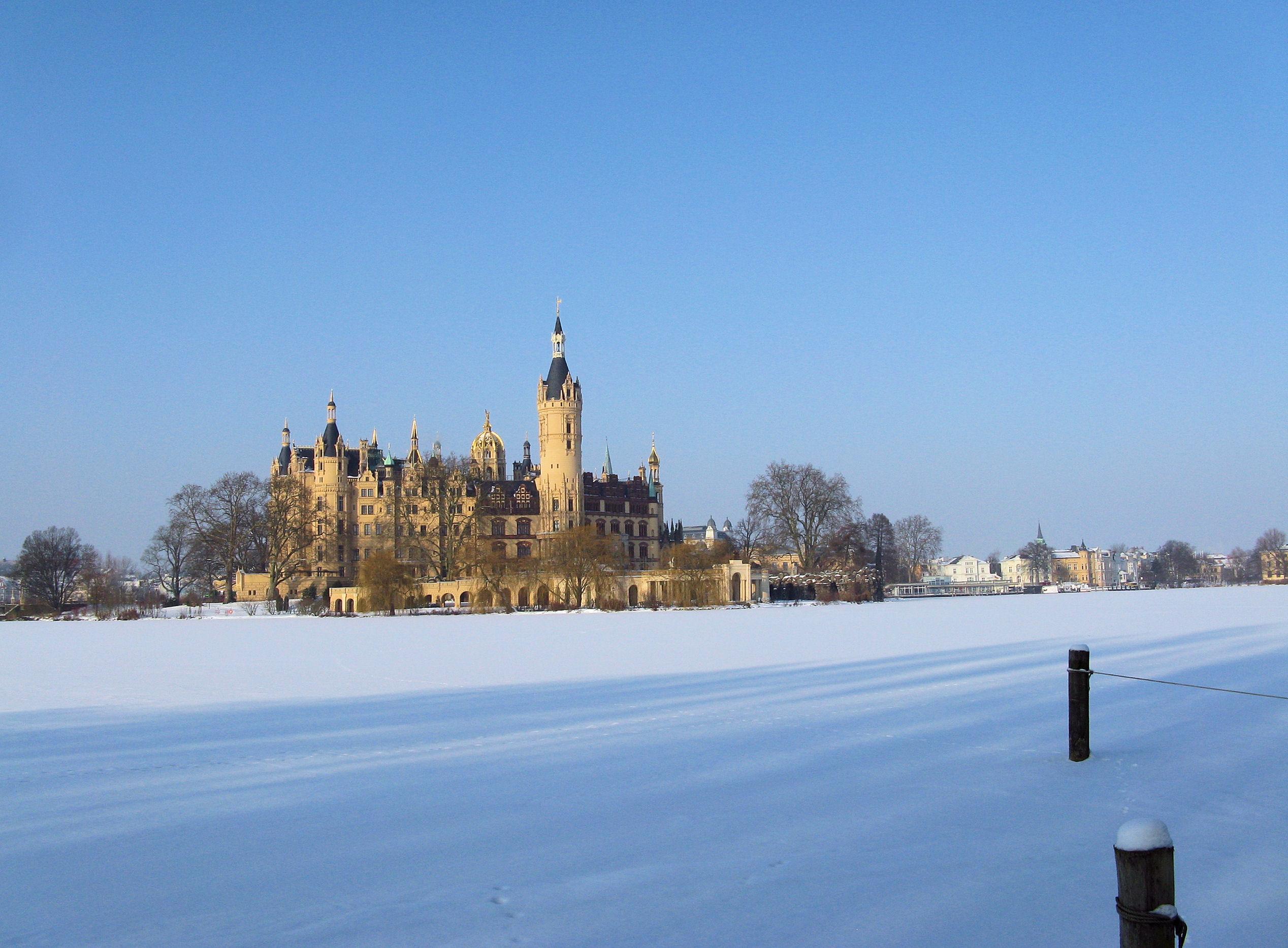 File:Schwerin Schloss zugefrorener Schweriner See 2010.