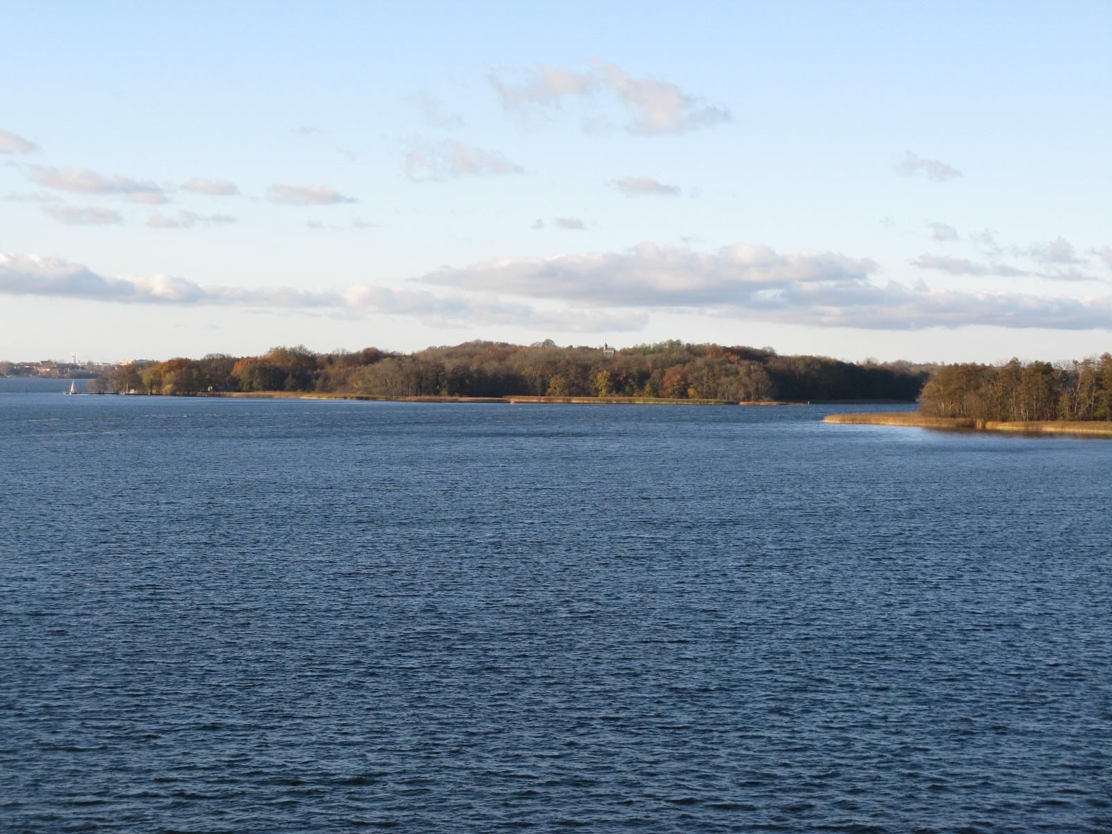 File:Schweriner See Insel Kaninchenwerder.jpg.