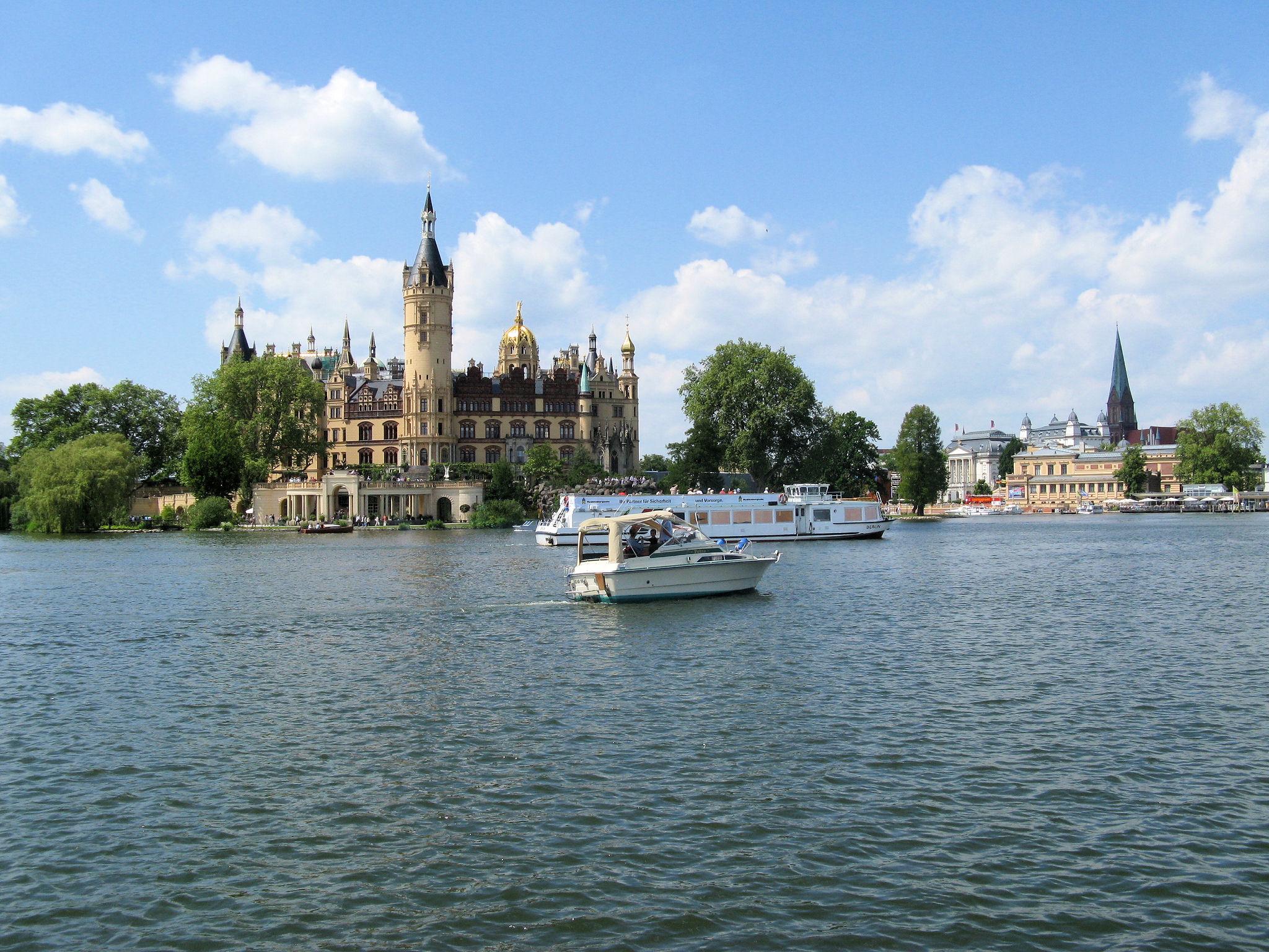 File:Schwerin Bundesgartenschau Schloss Weisse Flotte 2009.