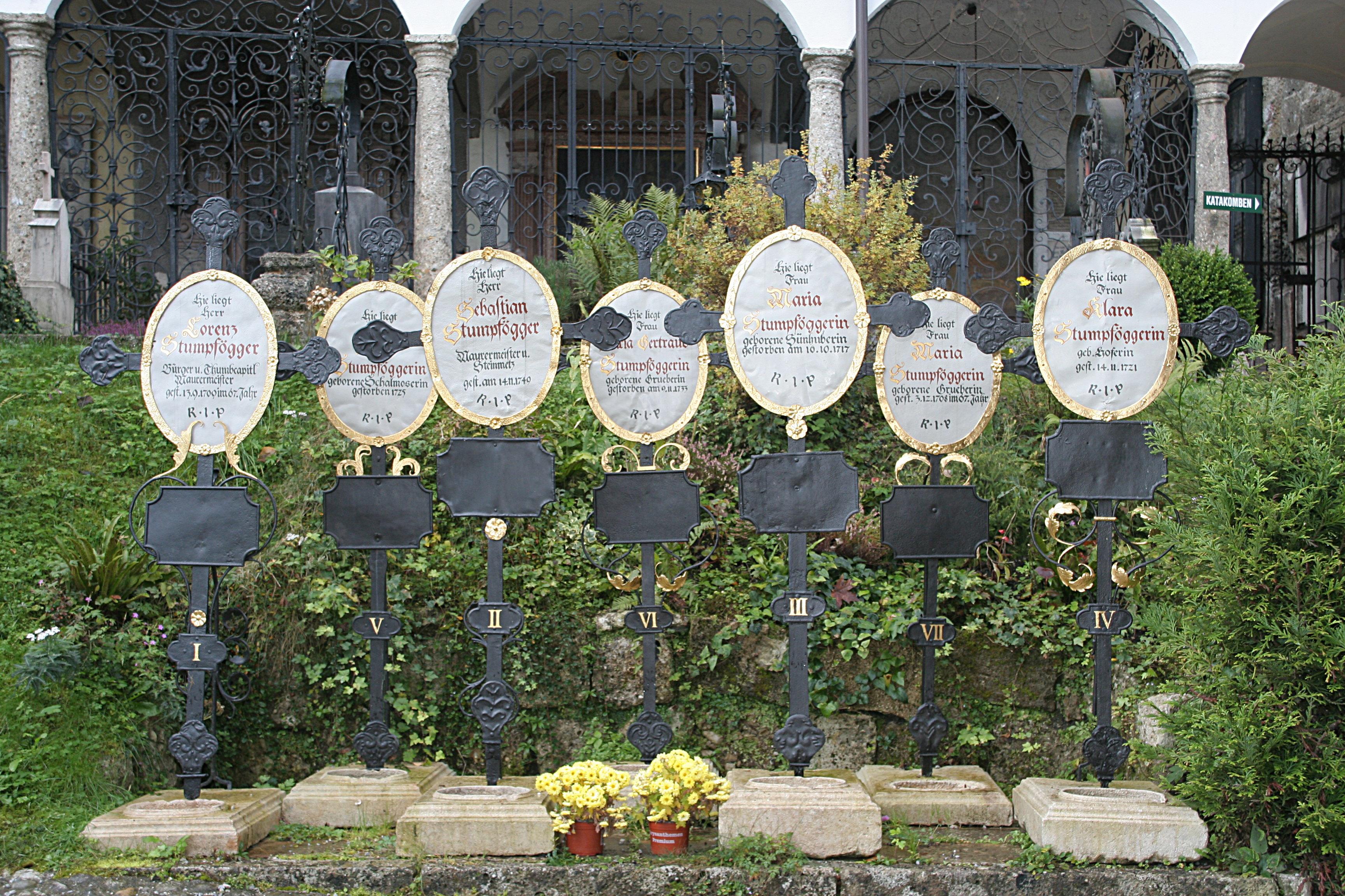 File:Salzburger st peters friedhof 7 kreuze.jpg.