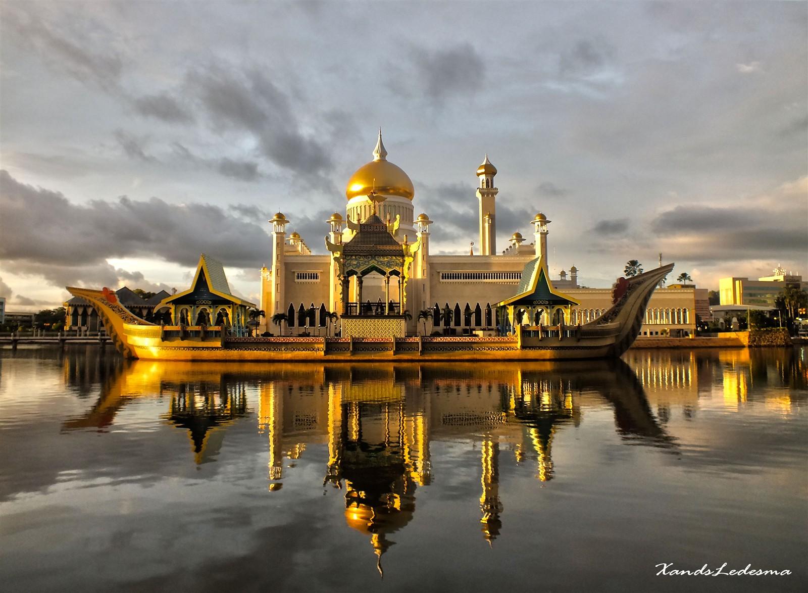 Sultan Omar Ali Saifuddin Mosque, The Most Beautiful Mosque in.