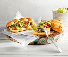 Gegrilltes Sandwich mit Chips.