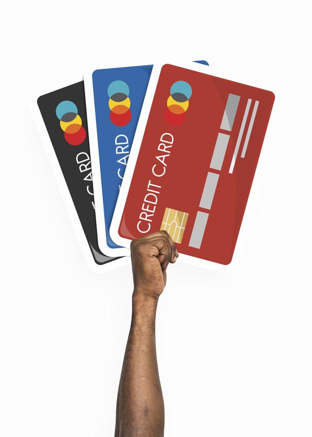 Mano sosteniendo el clipart de tarjeta de crédito.