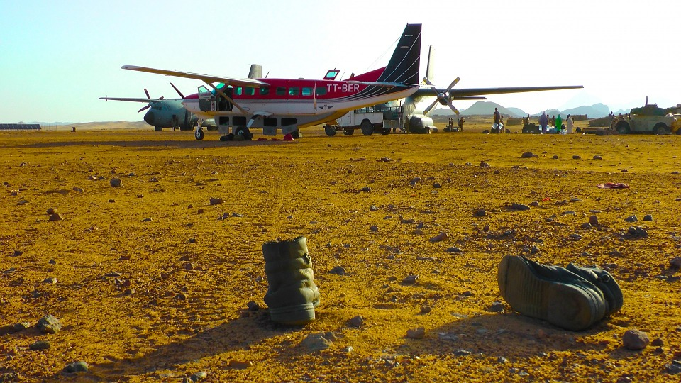 Free photo Plane Military Boots Caravan Tibesti Mountains Chad.