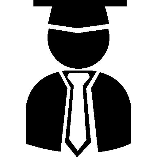 Estudiante graduado con tapa de graduación, toga y corbata.