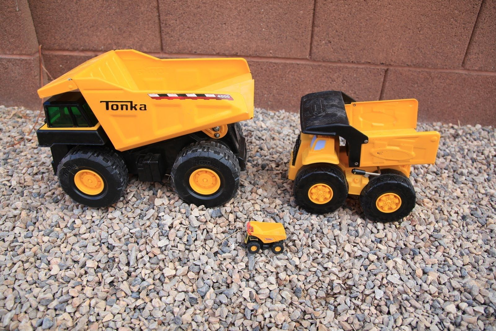 BIG Tonka Metal Toy Dump Trucks Contruction Yard Excavator.