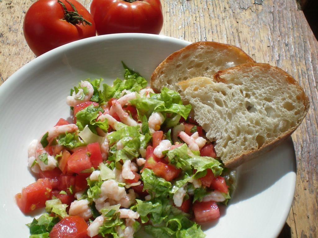 Salade de crevettes nordiques aux tomates.