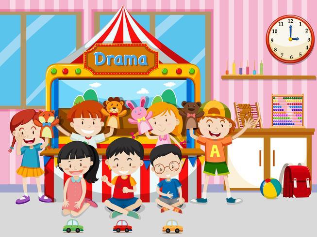 Joyeux enfants jouant dans une salle de classe.