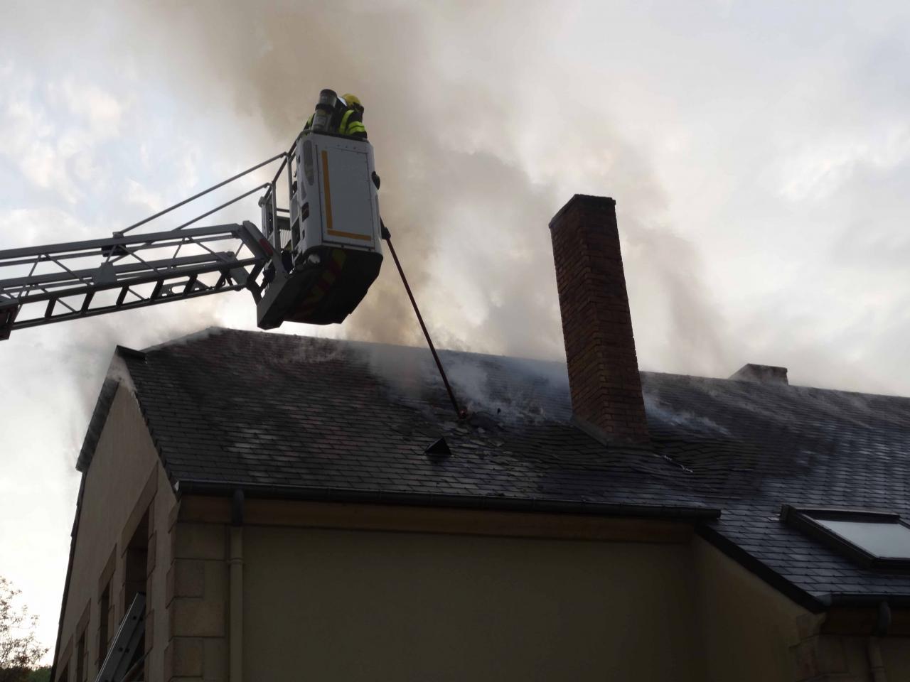 80 m² de toiture brûle à cause d'un feu de cheminée à VAUX.