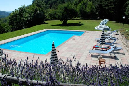 Departamentos, casas y villas con piscina en Palazzuolo Sul Senio.