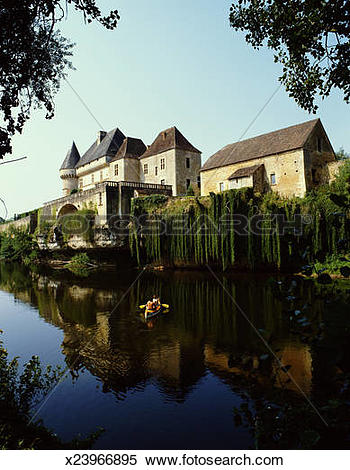 Stock Image of France, Dordogne, Vezere river and Chateau de Losse.