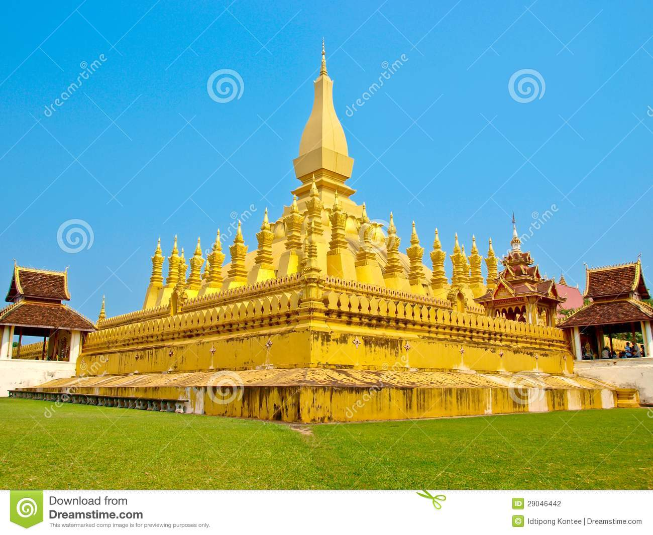 Golden Pagada At Wat Pha.