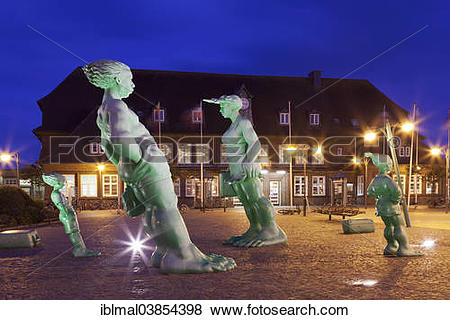 """Pictures of """"Travelling Giants in the Wind"""""""""""""""", sculptures at."""